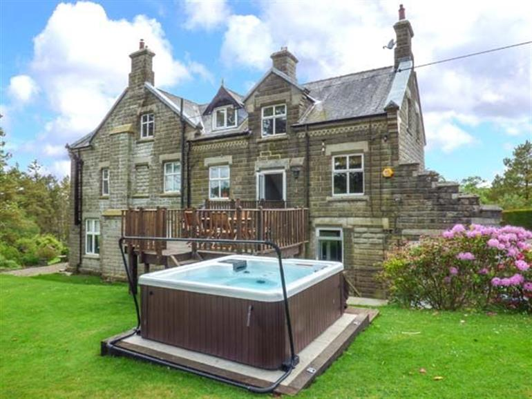 Garden and hot tub at Housekeepers, Middleton-in-Teesdale