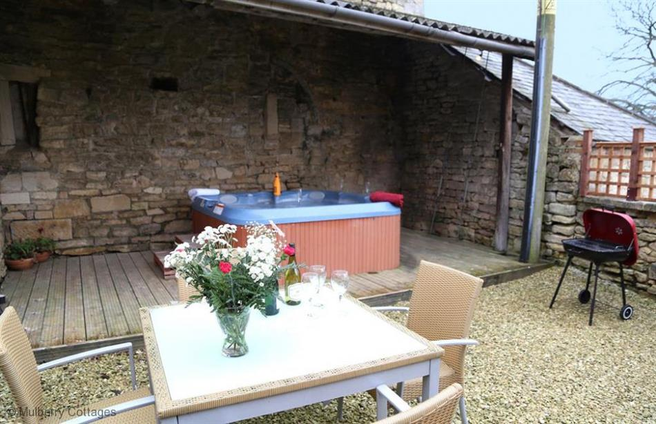 Garden and hot tub at Little Saxon Barn, Nr Stroud