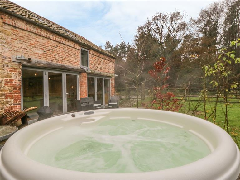 Hot tub at Chestnut Cottage at Bluebell Glade, Tealby near Market Rasen