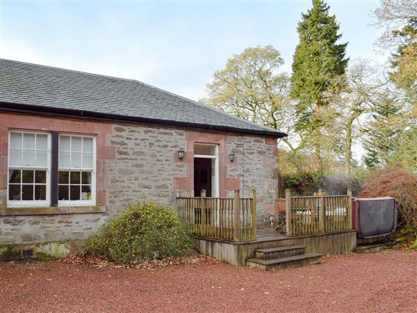 Auchendennan Farmhouse - Rose Cottage, Arden, Alexandria, Dunbartonshire., Dumbartonshire with hot tub