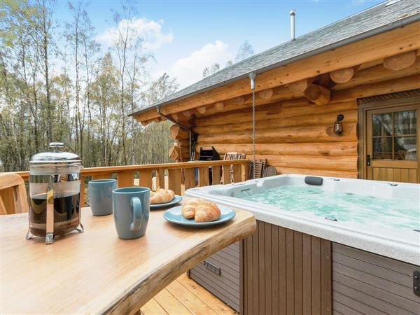 Caledonian Cabin, Invergarry, near Fort Augustus, Highlands, Inverness-Shire with hot tub