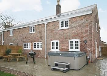 Chestnut Cottage, Wainfleet St. Mary, near Skegness, Lincolnshire with hot tub