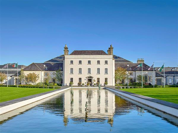 Johnstown Estate Lodges - Number 1, Enfield, Co. Meath, Ireland with hot tub