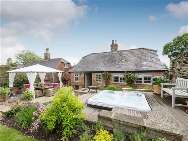 Jolls Cottage, Greetham, near Horncastle, Lincolnshire with hot tub