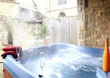 Little Saxon Barn, Nr Stroud, Gloucestershire with hot tub