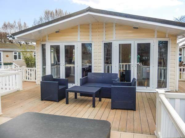 The Boathouse Lodge, Tattershall Lakes Country Park with hot tub