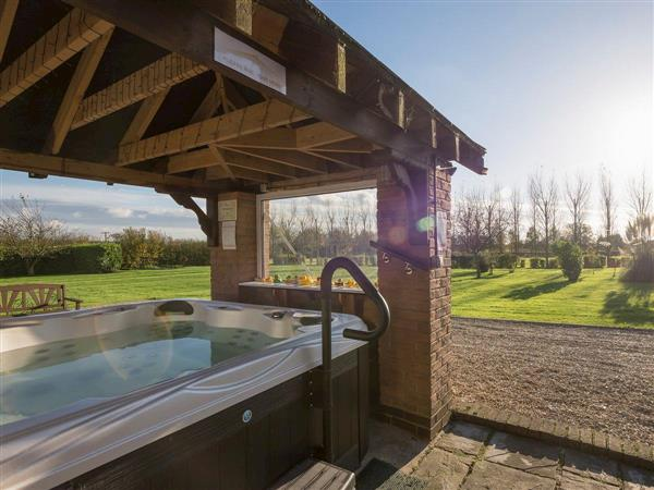 Treetops Cottages & Spa - Oak, Grasby, near Caistor, Lincolnshire with hot tub