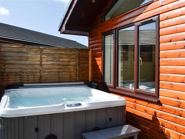Woodburn Lodges - The Spey, Milton of Campsie, near Kirkintilloch, Glasgow and the Clyde Valley, Lanarkshire with hot tub