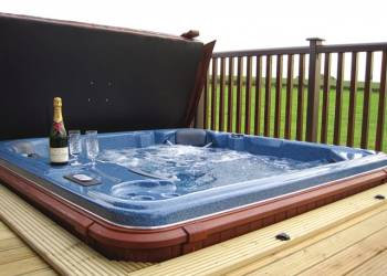 Chestnut Lodge, Tadcaster, North Yorkshire with hot tub