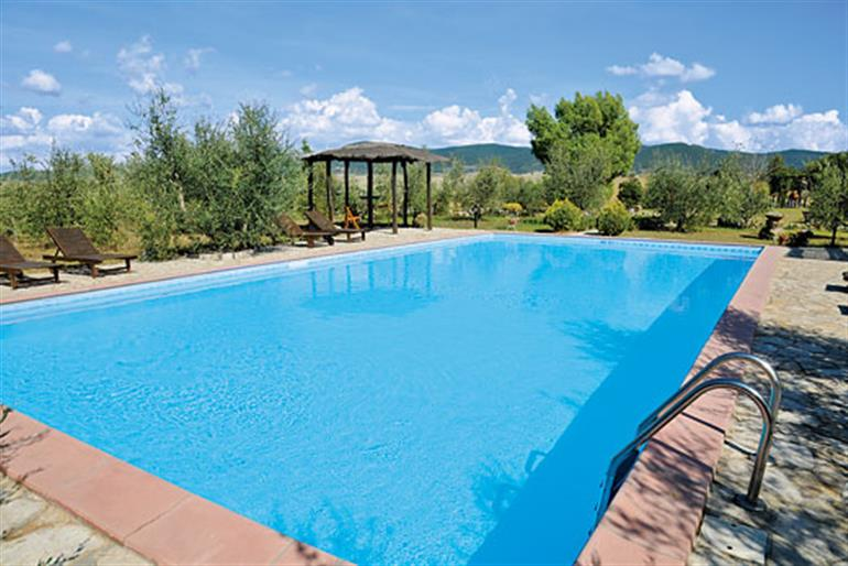 La lespa ref 2066 in italy with swimming pool villas in santa luce tuscany for couples for Villas in uk with swimming pool